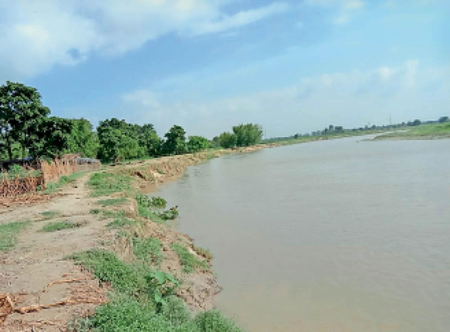 बढ़ने लगा बकरा नदी का जलस्तर। इसी को देखकर लोगों में भय का माहौल। - Dainik Bhaskar