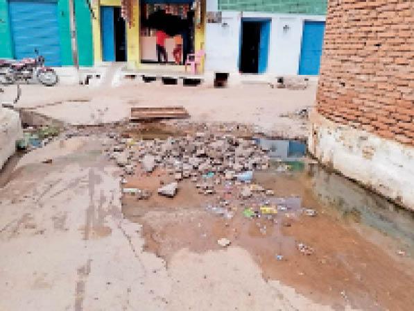पलेरा| नगर के वार्डों में डली पाइप लाइन हुई लीकेज, भर रहा पानी। - Dainik Bhaskar