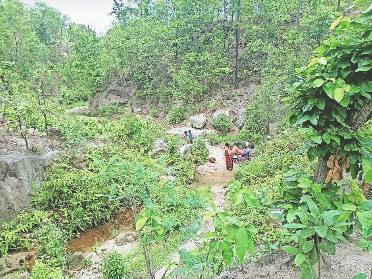नाराज ग्रामीण 6 महीने पहले बस्ती को नपं से ग्राम पंचायत में शामिल करने दे चुके धरना। - Dainik Bhaskar