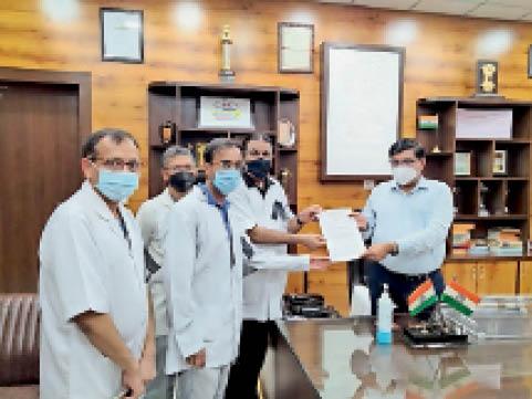 भिवानी। डीसी जयबीर सिंह आर्य को प्रधानमंत्री के नाम मांगों का ज्ञापन सौंपते चिकित्सक। - Dainik Bhaskar