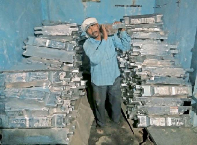एल्यूमीनियम सिल्लियों को बरामद करते, इनसेट में आरोपी चालक, मालिक व खरीदार। - Dainik Bhaskar