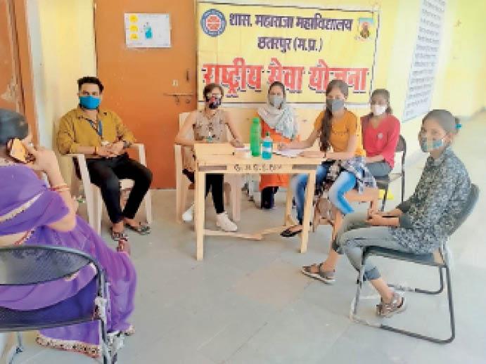 छतरपुर|लोगों को वैक्सीनेशन की जानकारी देते एनएसएस कार्यकर्ता। - Dainik Bhaskar