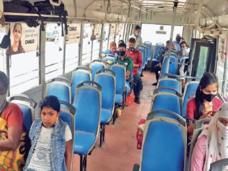 गुरुवार को सिटी बसों में कम संख्या में ही यात्री नजर आए। - Dainik Bhaskar