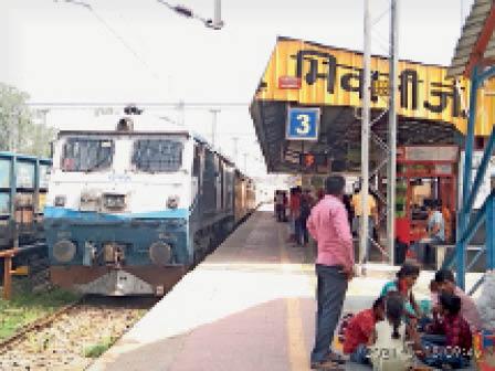 भिवानी। भिवानी जंक्शन के प्लेटफार्म संख्या-3 पर पहुंची श्रीगंगानगर-रेवाड़ी स्पेशल गाड़ी। - Dainik Bhaskar