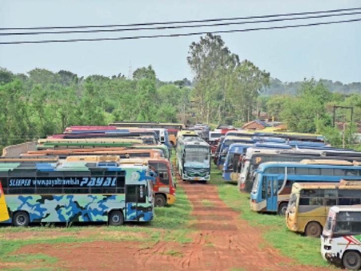 शिवनाथ नदी तट स्थित एक निजी बस डिपो में इस प्रकार बड़ी संख्या में अब भी बसें खड़ी हैं, जिनका परिचालन नहीं किया जा रहा। - Dainik Bhaskar