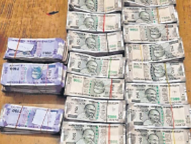 आरपीएफ की टीम ने दमोह पोस्ट में पकड़कर उससे करीब 20 लाख 38 हजार 4 सौ रुपए बरामद किए हैं। - Dainik Bhaskar