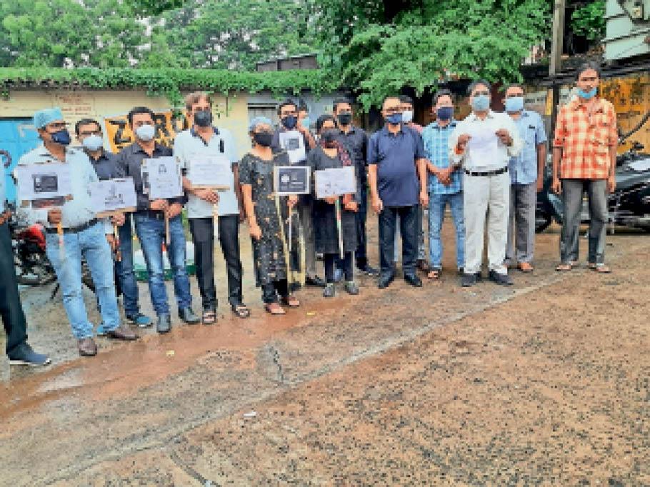विरोध प्रदर्शन करते आईएमए के डॉक्टर। - Dainik Bhaskar