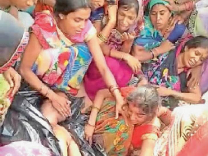 किसान बबलू के शव को देखकर बिलखते परिजन। - Dainik Bhaskar