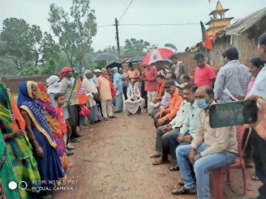 सरकार का विरोध करते शाहाबादी व अन्य भाजपा कार्यकर्ता। - Dainik Bhaskar