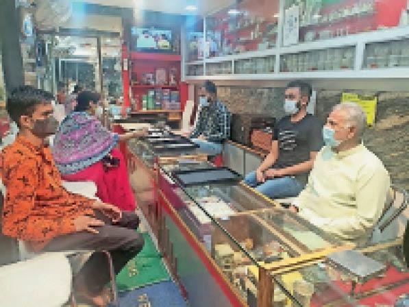 टीकमगढ़  सराफा दुकान पर खरीदारी करते हुए लोग। - Dainik Bhaskar