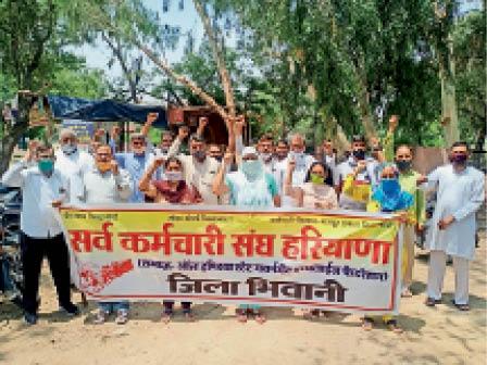 भिवानी। लघु सचिवालय के बाहर कर्मचारियाें-मजदूराें की मांगों के समर्थन में राेष प्रदर्शन करते विभिन्न जनसंगठनों के पदाधिकारी। - Dainik Bhaskar