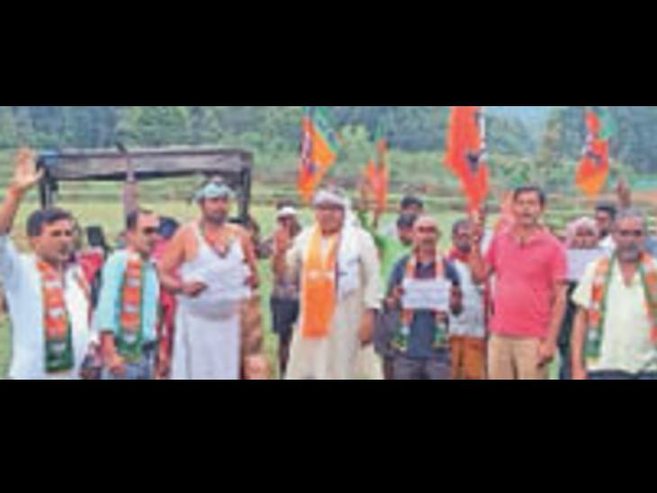 किसानों कीे पोशाक में आंदोलन करते महामंत्री मिशिर कुजूर व अन्य। - Dainik Bhaskar