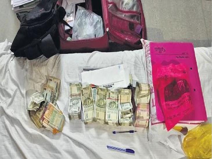 अजमेर में मिनेश से बरामद 15 लाख रुपए।