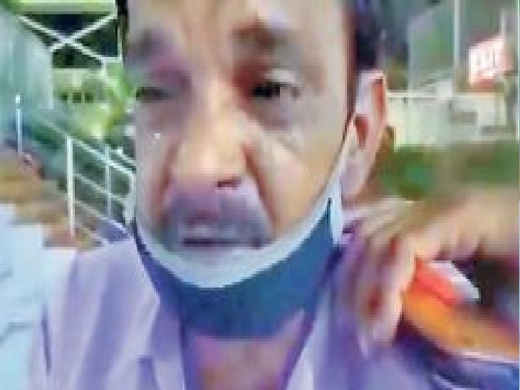 अस्पताल के बाहर बिलखता बेबस पिता। - Dainik Bhaskar