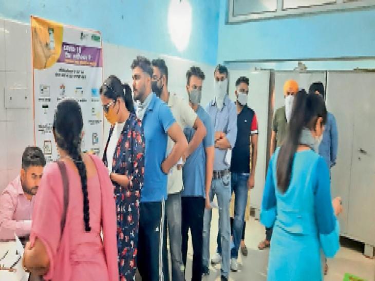 सिविल अस्पताल में वैक्सीन के लिए रजिस्ट्रेशन करवाते लोग, लेकिन यहां सोशल डिस्टेंसिंग नहीं दिखी। - Dainik Bhaskar