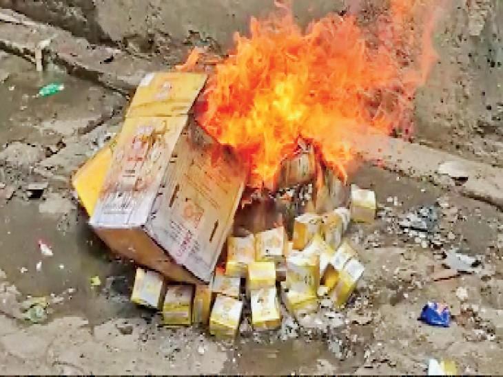 तायल इंटरप्राइजेज से 1 क्विंटल की एक्सपायरी डेट का घी बरामद होने पर फूड सेफ्टी विभाग की टीम ने मौके पर ही उसे आग लगाकर नष्ट करवा दिया। - Dainik Bhaskar