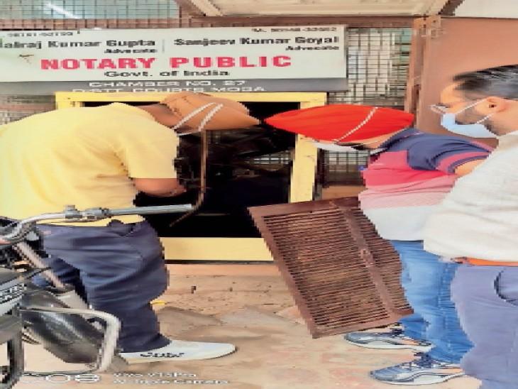 मोगा में वीरवार को सेहत विभाग की टीम जिला कचहरी में एक वकील के चैंबर में लगे कूलर की जांच करते हुए। - Dainik Bhaskar