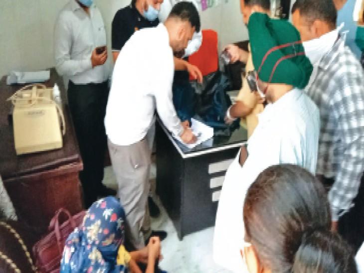 सुनीता चेरिटेबल अस्पताल में कार्रवाई करते सेहत विभाग के अधिकारी। (इनसेट में) कब्जे में लिए दस्तावेज। - Dainik Bhaskar