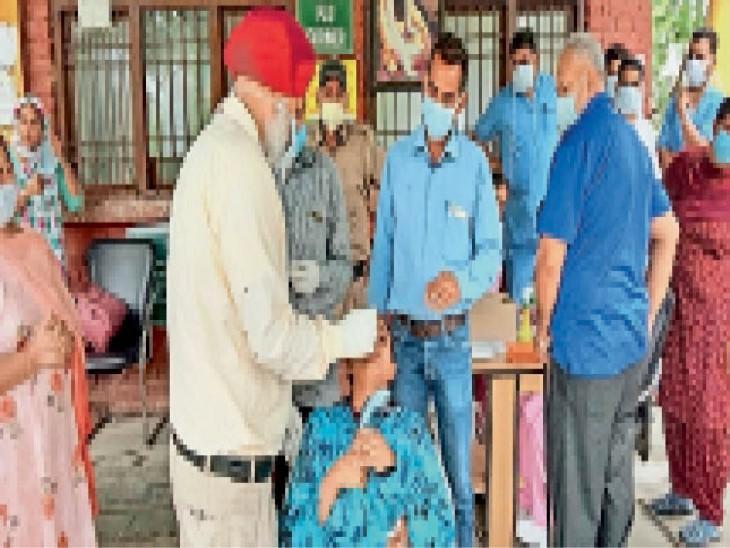 सैंपलिंग करती सेहत विभाग की टीम। - Dainik Bhaskar
