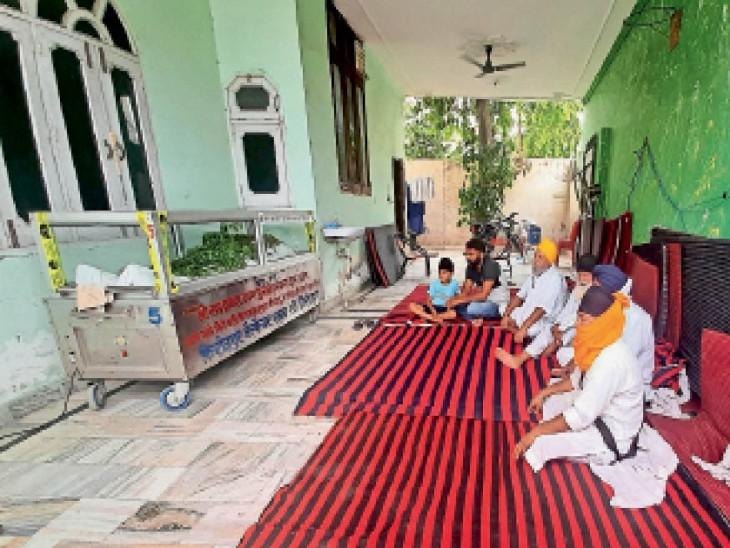 घर में जयपाल के शव के पास बैठ कर शोक व्यक्त करते रिश्तेदार। - Dainik Bhaskar