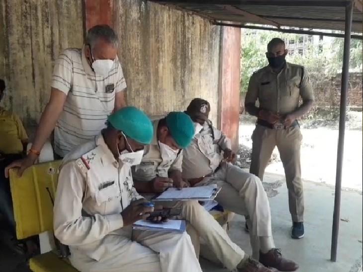 पोस्टमार्टम हाउस के बाहर मामले की पूछताछ करते और पंचनामा बनाते पुलिसकर्मी - Dainik Bhaskar