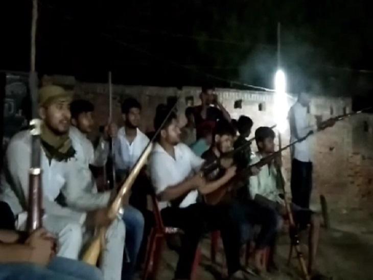 20 से 30 साल की उम्र के 12 युवक हाईटेक राइफलों से ताबड़तोड़ हर्ष फायरिंग कर रहे थे। - Dainik Bhaskar