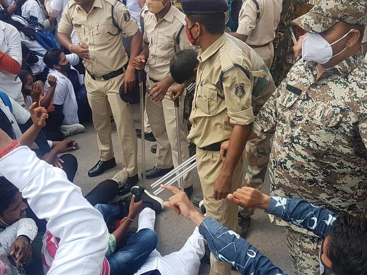 पुलिस ने जब छात्रों को रोका तो वे सड़क पर बैठकर ही धरना देने लगे।