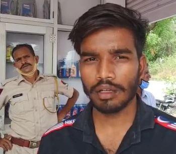 लूट का शिकार हुआ पेट्रोलपंप का सेल्समैन। - Dainik Bhaskar