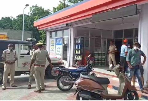 वारदात के बाद पेट्रोल पंप पहुंची पुलिस एवं मौजूद अन्य लोग।