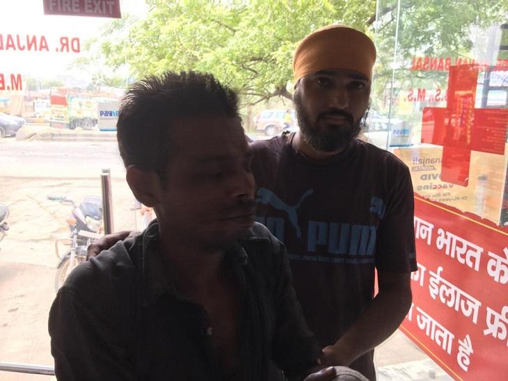 मशीन में हाथ आने के बाद निजी अस्पताल में पहुंचा राजू, जहां से उसे बिना इलाज लौटना पड़ा।