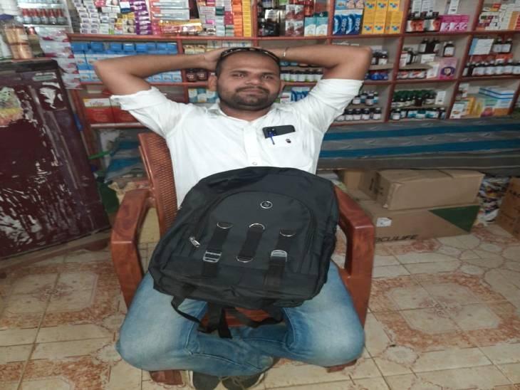 मेडिकल दुकानदारों को डरा, धमका कर रहा था वसूली, पुलिस ने पकड़ा, 6 हजार रुपए जब्त|राजगढ़ (भोपाल),Rajgarh (Bhopal) - Dainik Bhaskar