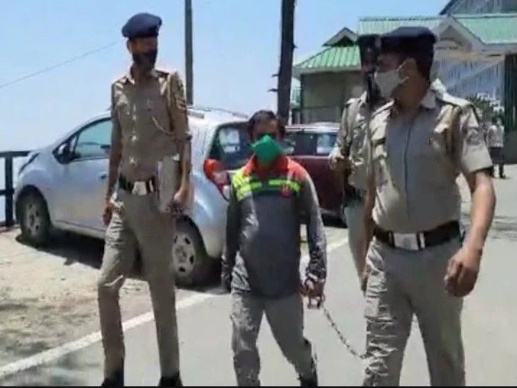दोषी चरानी अनिल और नीलू को लेकर जाती पुलिस। - Dainik Bhaskar