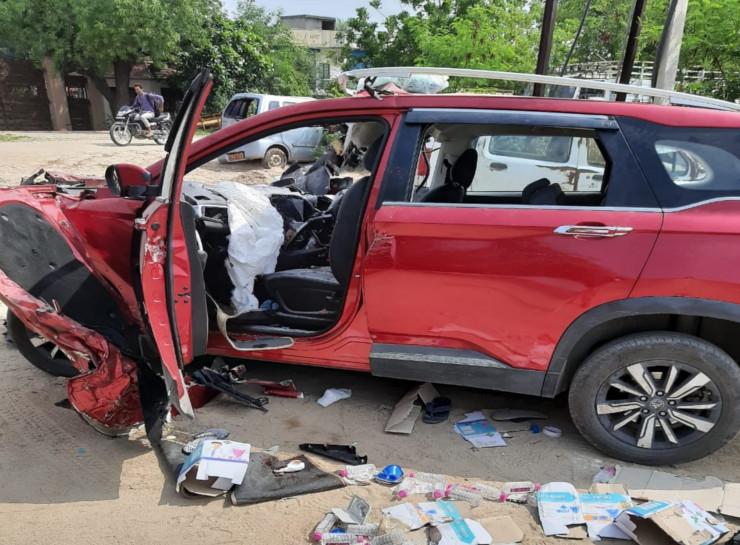 भांकरोटा थाने में जब्त खड़ी क्षतिग्रस्त कार।