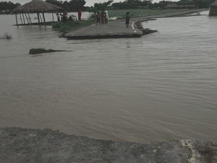 दो हिस्सों में टूट कर अलग हो गई मुख्यमंत्री ग्राम संपर्क योजना से बनी सड़क, नाव से आ-जा रहे लोग|बगहा,Bagha - Dainik Bhaskar