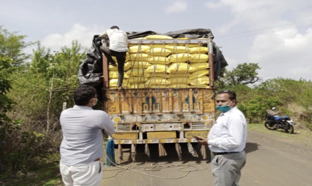 यूरिया का ट्रक, जिसे पुलिस ने पकड़ा है। - Dainik Bhaskar