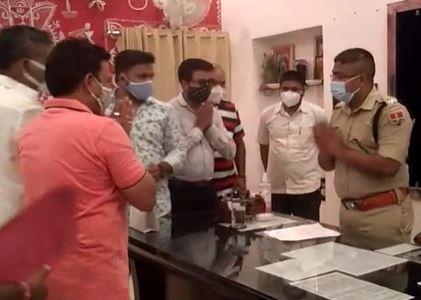 विधायक रमीला खड़िया के खिलाफ एसपी को ज्ञापन साैंपते भाजयुमो के नगर पदाधिकारी। - Dainik Bhaskar