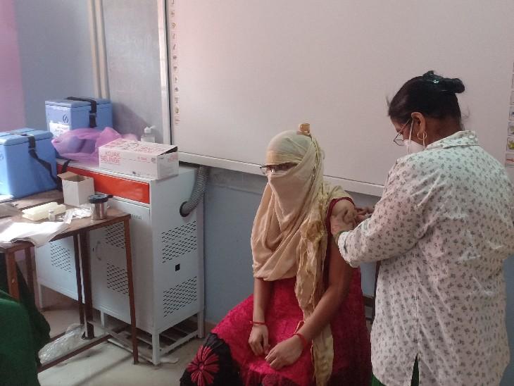 टीकाकरण कराते हुए। - Dainik Bhaskar