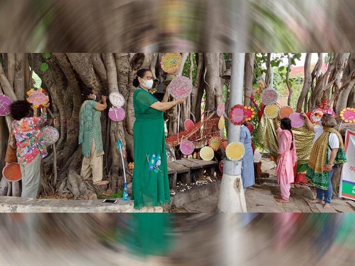 पेड़ बचाने का संदेश देते पेड़ पर पोस्टर लगाए