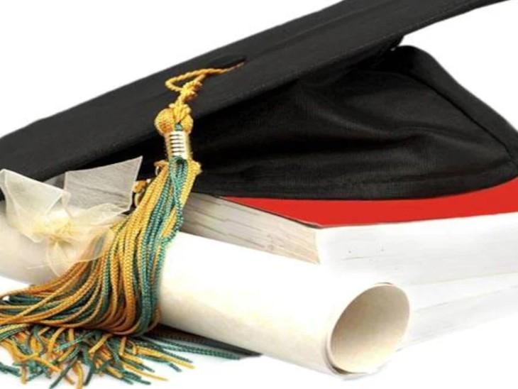 यूनिवर्सिटी के डिग्री स्टोर का बड़ा हिस्सा पुरानी डिग्रीयों को संजोकर कर रखने के लिए स्टोर रूम की तरह बन गया है। - Dainik Bhaskar