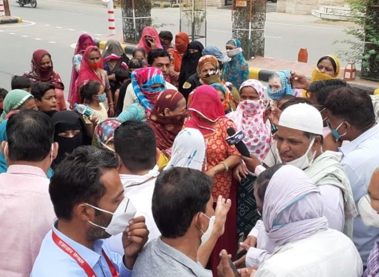 नगरपरिषद के बाहर विरोध प्रदर्शन करते हुए। - Dainik Bhaskar