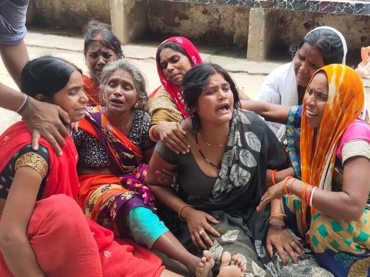 खेत से सब्जियां तोड़ने गया था, पैर फिसलने से नंगे तार की चपेट में आ गया; रास्ते में ही तोड़ा दम|भोजपुर,Bhojpur - Dainik Bhaskar