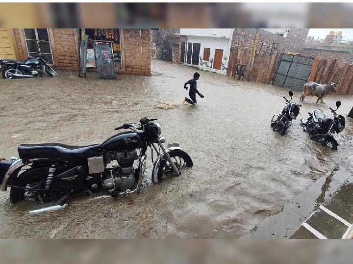 बाड़मेर शहर में हुई 40MM बारिश के बाद गलियाें में जलभराव।