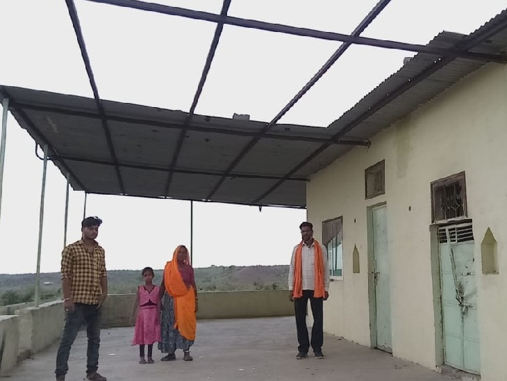 टीनशेड उखाड़कर ले गए चोर - Dainik Bhaskar