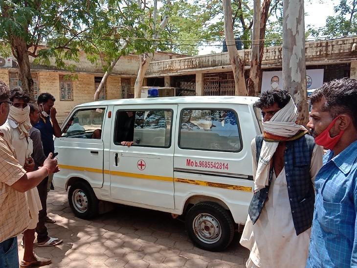 शव को एम्बुलेंस से अपने गांव ले जाते परिजन। - Dainik Bhaskar