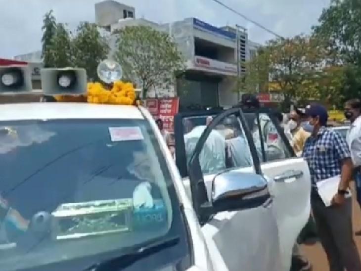 क्षेत्र में संवेदना व्यक्त करने जा रहे थे महेंद्र सिंह सिसोदिया, गाड़ी में बैठने को लेकर दो भाजपा नेताओं में विवाद; जिला मंत्री के कपड़े फाड़े गुना,Guna - Dainik Bhaskar