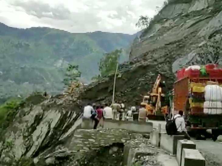 उत्तराखंड में तेज बारिश से चमोली जिले का हाइवे ब्लॉक कर दिया गया है।