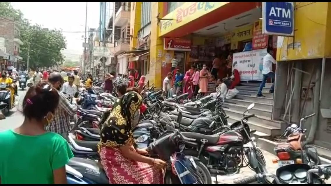 मुख्य बाजारों में अस्त-व्यस्त खड़े दुपहिया वाहन