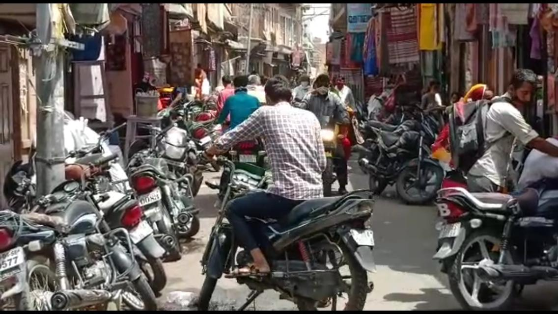 बाड़मेर के इलुजी बाजार में लगा दुपहिया वाहनों का जाम