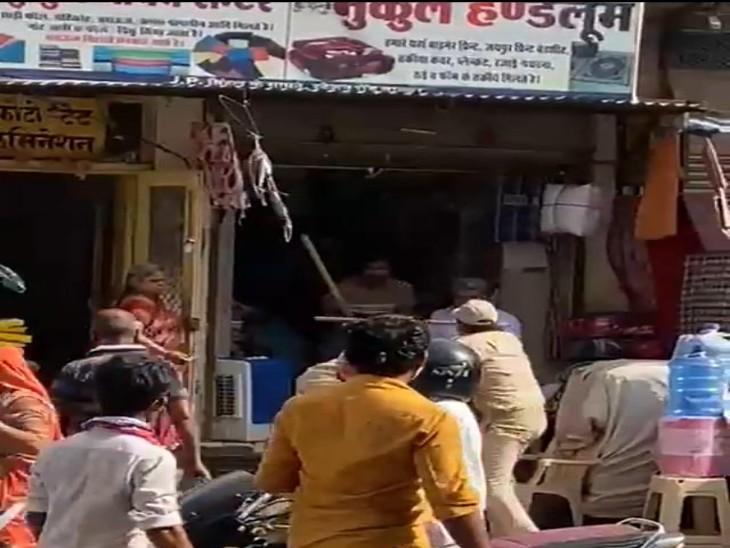 लॉकडाउन में दुकान बंद करने को लेकर दुकानदार पर भांजी लाठियां तो दुकानदार ने कर दी पिटाई, दो वीडियो वायरल, एसपी ने दिए जांच के आदेश|बाड़मेर,Barmer - Dainik Bhaskar
