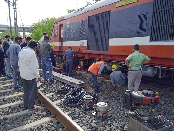 इंजन को पटरी पर लाने की तैयारी करते हुए।